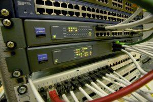 Aufschaltung Gefahrenmeldetechnik - mehrere Server mit Netzwerkkabeln