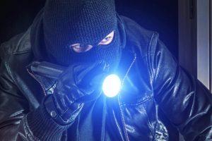 Einbrecher bei Nacht - EOS Einbruchsmeldetechnik
